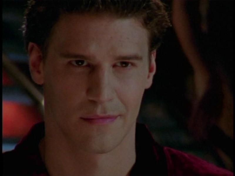 David Boreanaz in una sequenza dell'episodio 'Festa macabra' di Buffy - L'ammazzavampiri