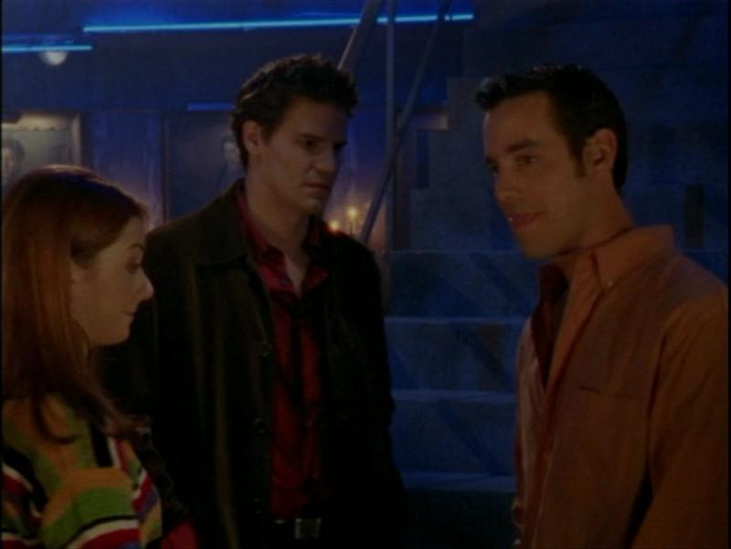 Nicholas Brendon, David Boreanaz e Alyson Hannigan in una scena dell'episodio 'La verità fa male' di Buffy - L'ammazzavampiri