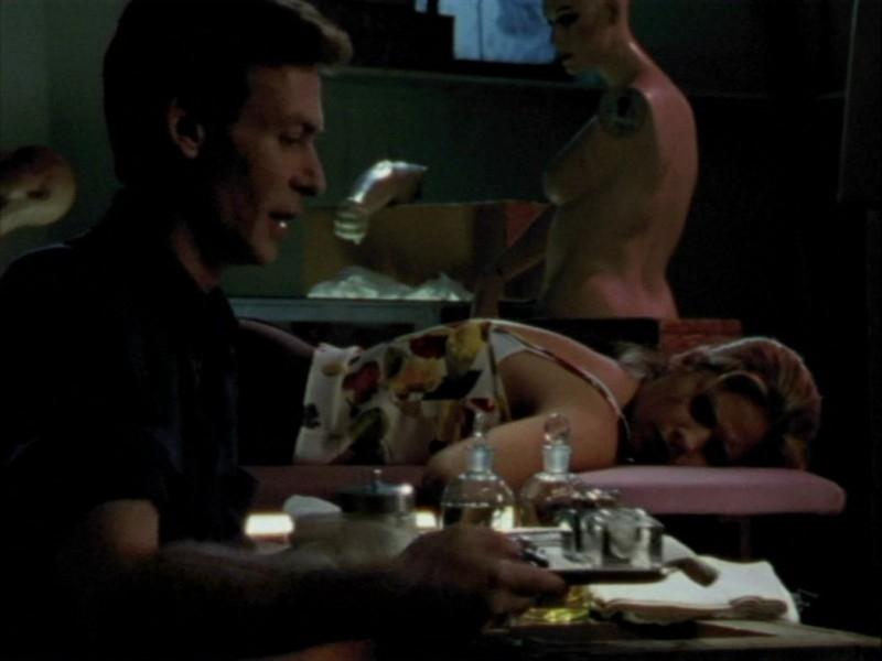 Robin Sachs e Sarah Michelle Gellar in una scena dell'episodio 'Oscurità' di Buffy - L'ammazzavampiri
