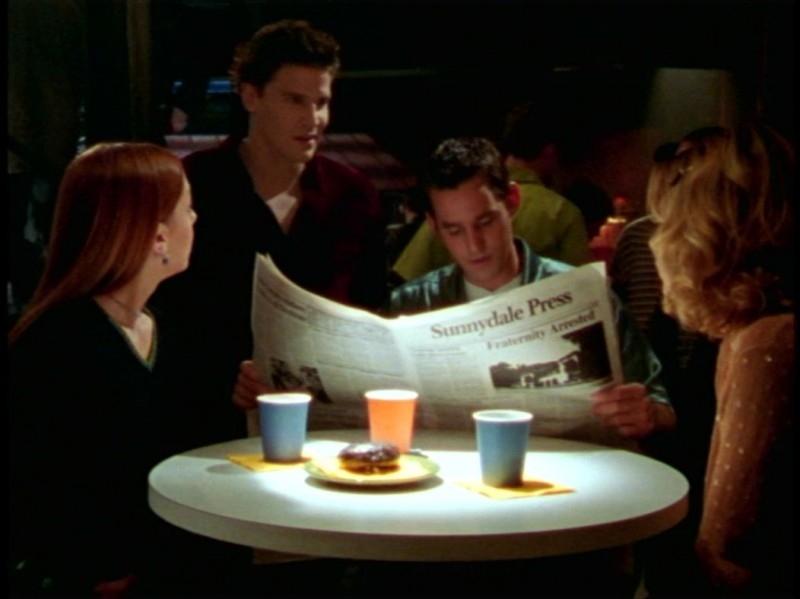 Sarah Michelle Gellar, Alyson Hannigan, David Boreanaz e Nicholas Brendon in una scena dell'episodio 'Festa macabra' di Buffy - L'ammazzavampiri
