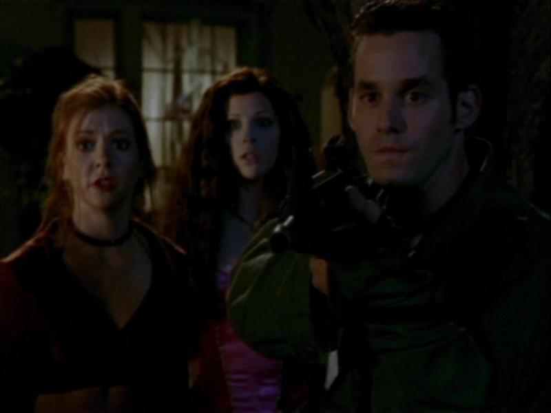 Sarah Michelle Gellar, Alyson Hannigan e Nicholas Brendon in maschera in una scena dell'episodio 'Halloween' di Buffy - L'ammazzavampiri