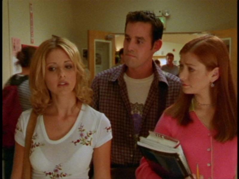 Sarah Michelle Gellar, Alyson Hannigan e Nicholas Brendon in una scena dell'episodio 'Festa macabra' di Buffy - L'ammazzavampiri