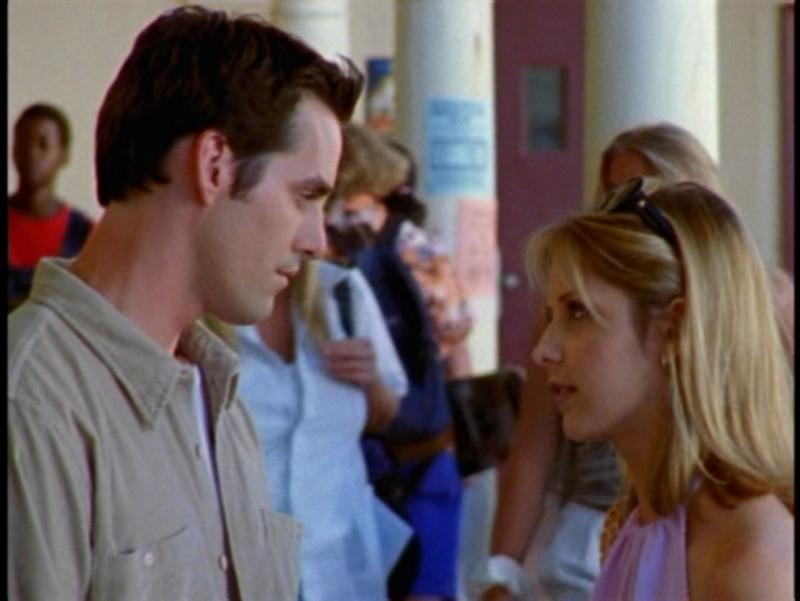 Sarah Michelle Gellar con Nicholas Brendon in una scena dell'episodio 'La prescelta' della seconda stagione di Buffy - L'ammazzavampiri