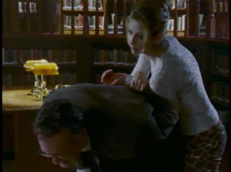 Sarah Michelle Gellar e Anthony Head in una scena dell'episodio 'Festa macabra' di Buffy - L'ammazzavampiri