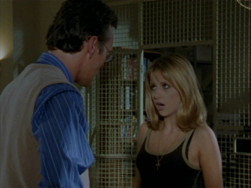 Sarah Michelle Gellar e Anthony Head in una scena dell'episodio 'Halloween' di Buffy - L'ammazzavampiri