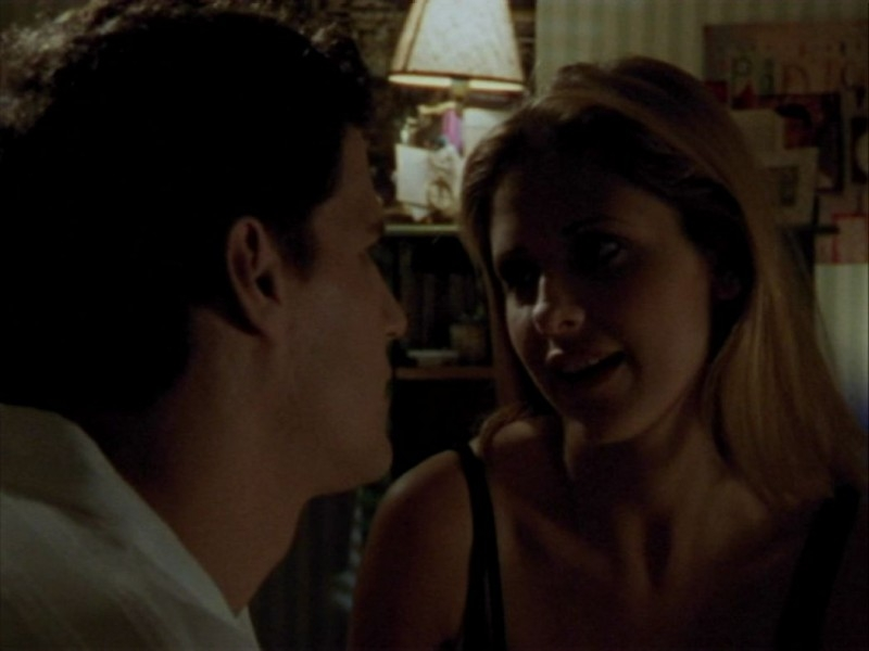 Sarah Michelle Gellar e David Boreanaz in una scena dell'episodio 'Halloween' di Buffy - L'ammazzavampiri