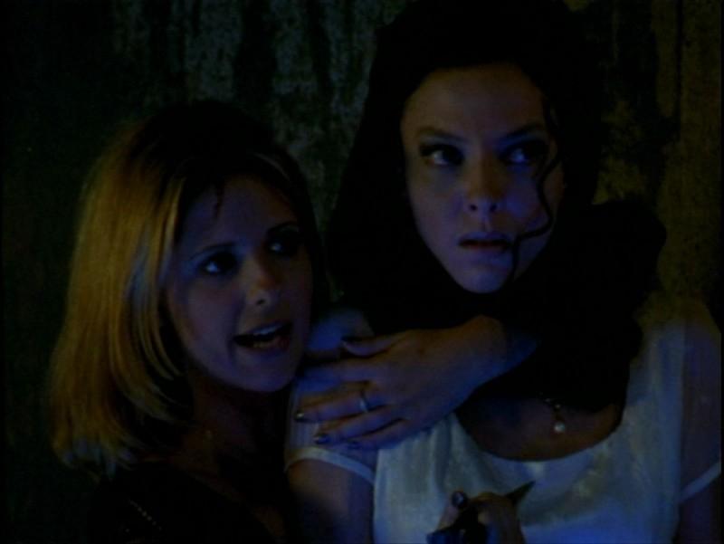 Sarah Michelle Gellar e Juliet Landau in una scena dell'episodio 'La verità fa male' di Buffy - L'ammazzavampiri