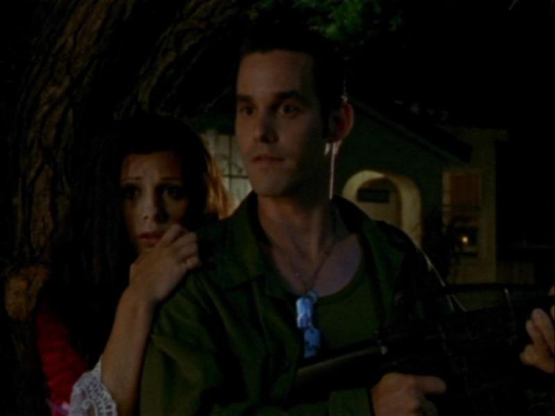 Sarah Michelle Gellar e Nicholas Brendon in una scena dell'episodio 'Halloween' di Buffy - L'ammazzavampiri