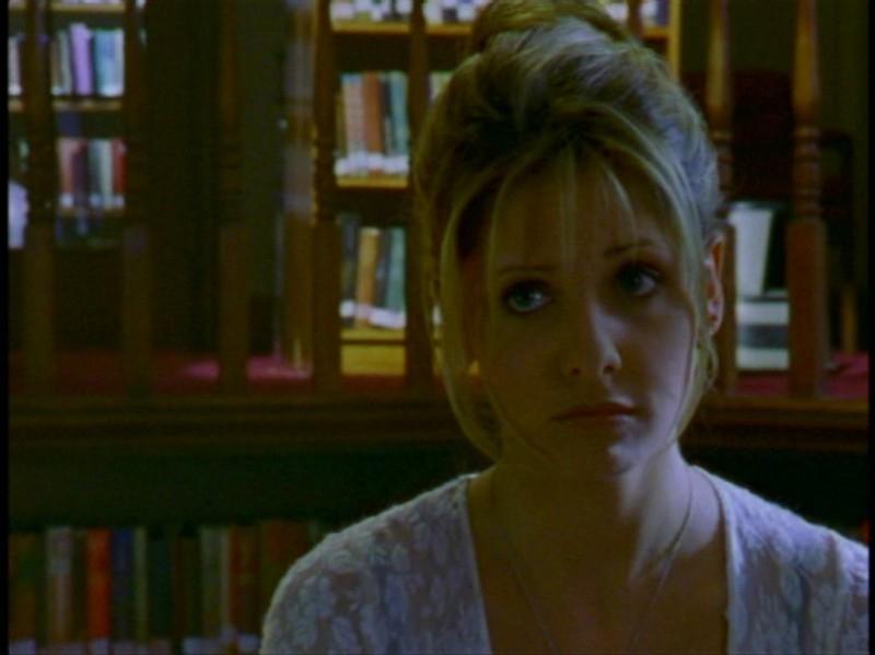 Sarah Michelle Gellar in una scena dell'episodio 'Festa macabra' di Buffy - L'ammazzavampiri