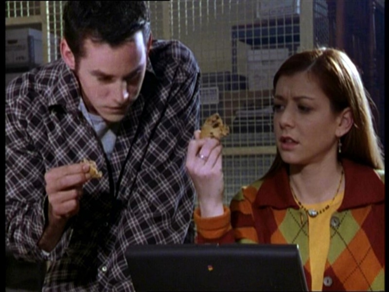 Alyson Hannigan e Nicholas Brendon in una scena dell'episodio 'Il fidanzato di mamma' di Buffy - L'ammazzavampiri