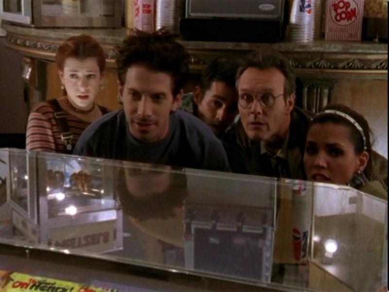 Alyson Hannigan, Seth Green, Nicholas Brendon, Anthony Head e Charisma Carpenter in una scena dell'episodio 'Un attimo di felicità' di Buffy - L'ammazzavampiri