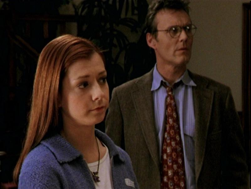 Anthony Head e Alyson Hannigan in una scena dell'episodio 'Un attimo di felicità' di Buffy - L'ammazzavampiri