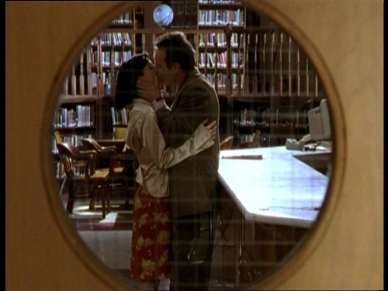 Anthony Head e Robia LaMorte in una scena dell'episodio 'Il fidanzato di mamma' di Buffy - L'ammazzavampiri
