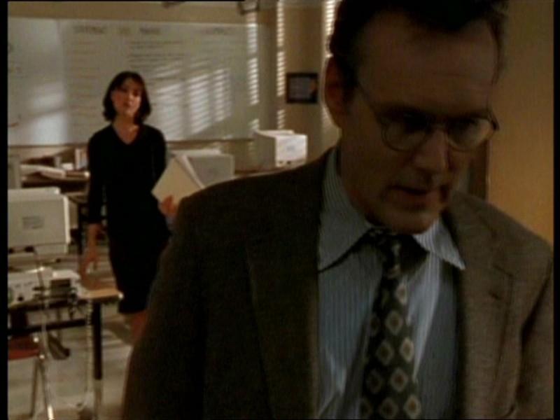 Anthony Head e Robia LaMorte nell'episodio 'Il fidanzato di mamma' di Buffy - L'ammazzavampiri