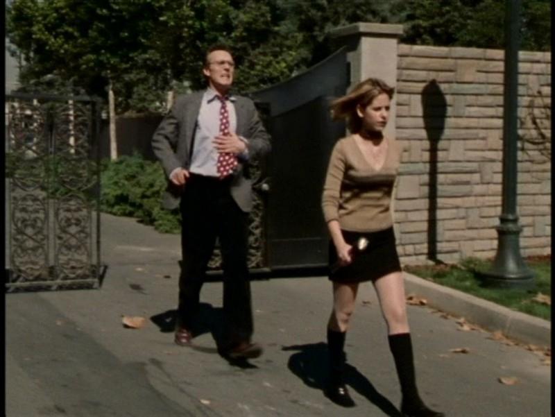 Anthony Head e Sarah Michelle Gellar in una scena dell'episodio 'L'unione fa la forza (1° parte)' di Buffy - L'ammazzavampiri