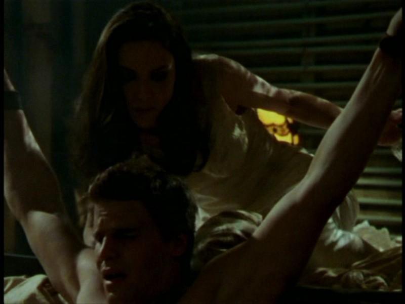 David Boreanaz e Juliet Landau in una scena dell'episodio 'L'unione fa la forza (2° parte)' di Buffy - L'ammazzavampiri