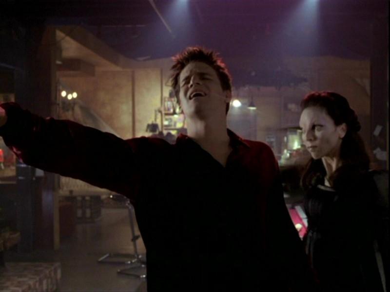 David Boreanaz e Juliet Landau in una sequenza dell'episodio 'Sorpresa' di Buffy - L'ammazzavampiri