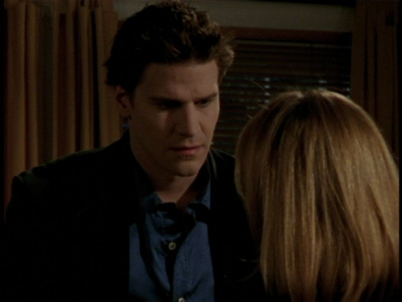 David Boreanaz in una scena dell'episodio 'L'unione fa la forza (1° parte)' di Buffy - L'ammazzavampiri