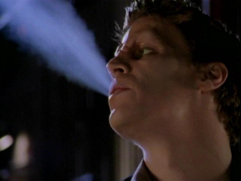 David Boreanaz in una scena dell'episodio 'Un attimo di felicità' di Buffy - L'ammazzavampiri