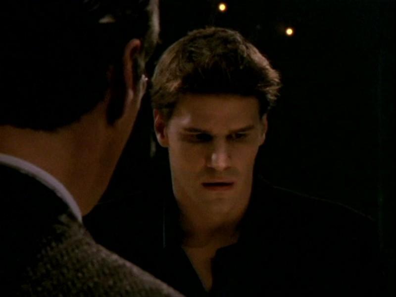 David Boreanaz in una sequenza dell'episodio 'Sorpresa' di Buffy - L'ammazzavampiri