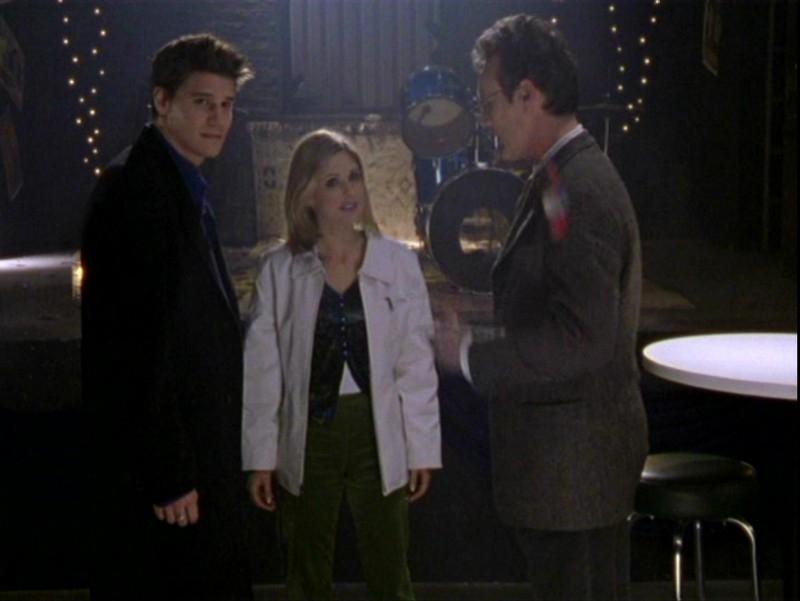 David Boreanaz, Sarah Michelle Gellar e Anthony Head  in una sequenza dell'episodio 'Sorpresa' di Buffy - L'ammazzavampiri