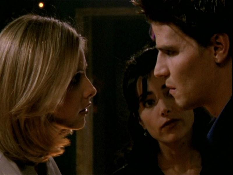 David Boreanaz, Sarah Michelle Gellar e Robia LaMorte in una sequenza dell'episodio 'Sorpresa' di Buffy - L'ammazzavampiri