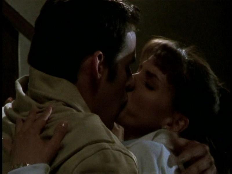 Il primo bacio tra Xander e Cordy: Nicholas Brendon e Charisma Carpenter in una sequenza dell'episodio 'L'unione fa la forza (2° parte)' di Buffy - L'ammazzavampiri