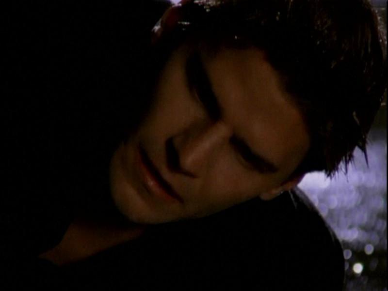 Il risveglio di Angelus: David Boreanaz in una scena dell'episodio 'Un attimo di felicità' di Buffy - L'ammazzavampiri