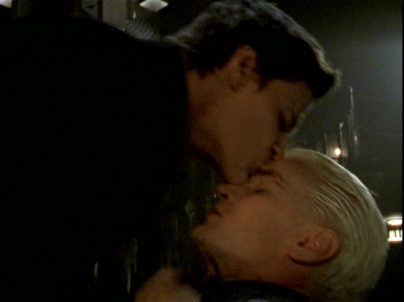 James Marsters e David Boreanaz in una scena dell'episodio 'Un attimo di felicità' di Buffy - L'ammazzavampiri