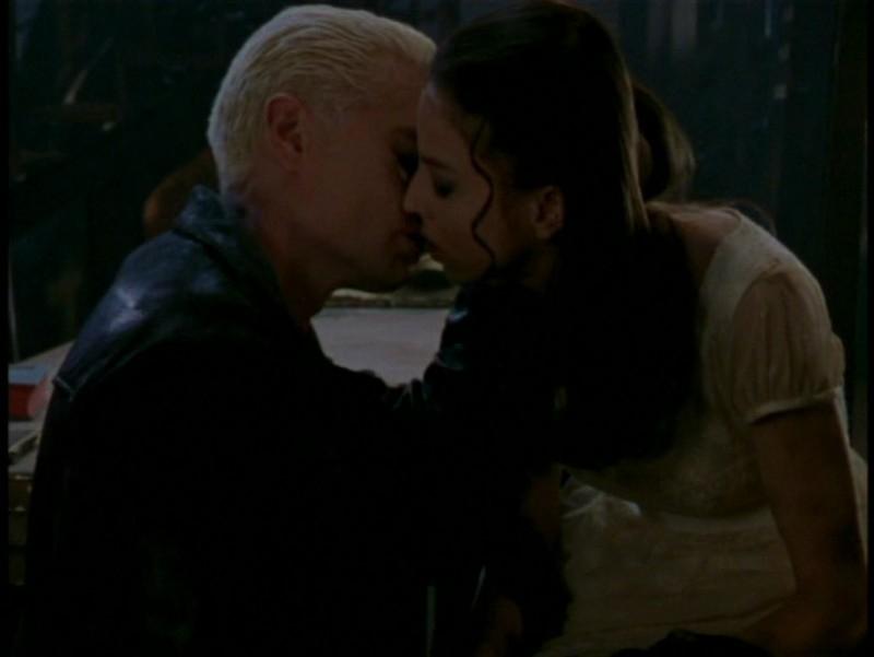 James Marsters e Juliet Landau in una scena dell'episodio 'L'unione fa la forza (1° parte)' di Buffy - L'ammazzavampiri