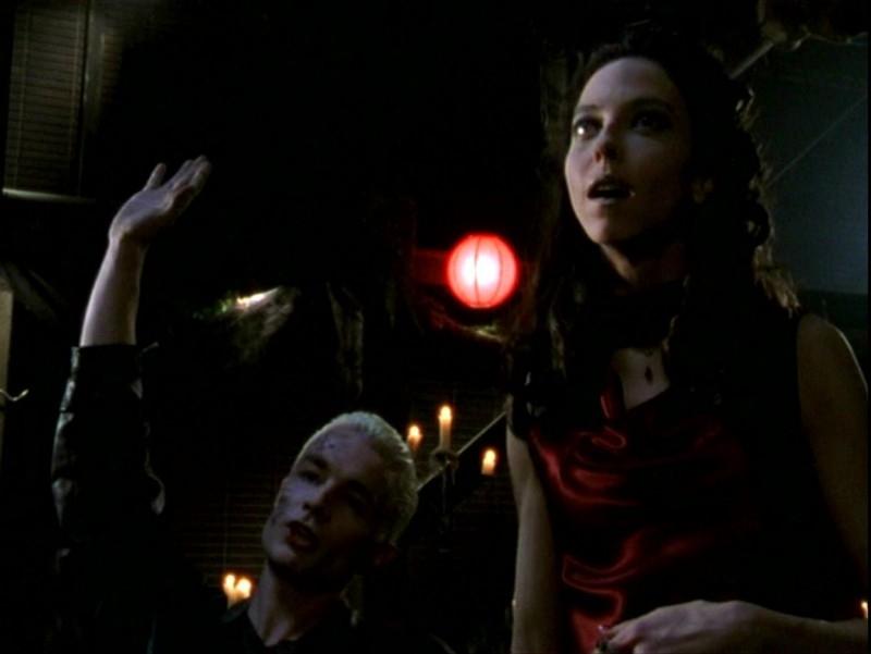 James Marsters e Juliet Landau in una sequenza dell'episodio 'Sorpresa' di Buffy - L'ammazzavampiri
