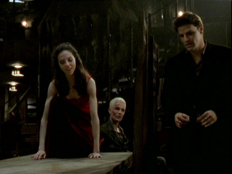 James Marsters, Juliet Landau e David Boreanaz in una scena dell'episodio 'Un attimo di felicità' di Buffy - L'ammazzavampiri