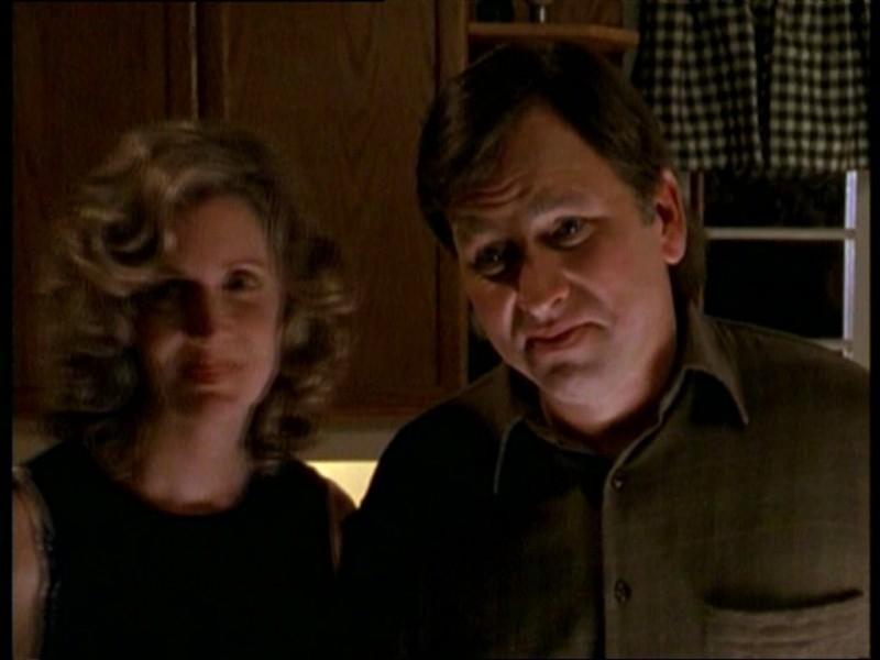 John Ritter e Kristine Sutherland in una scena dell'episodio 'Il fidanzato di mamma' di Buffy - L'ammazzavampiri