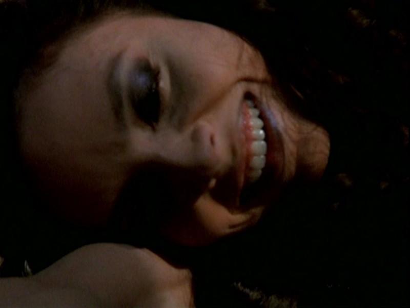 Juliet Landau in una scena dell'episodio 'Un attimo di felicità' di Buffy - L'ammazzavampiri