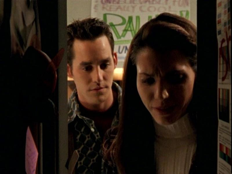 Nicholas Brendon e Charisma Carpenter in una scena dell'episodio 'Sorpresa' di Buffy - L'ammazzavampiri