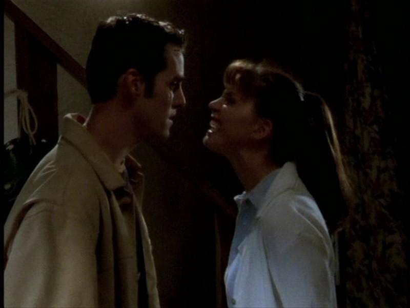 Nicholas Brendon e Charisma Carpenter in una sequenza dell'episodio 'L'unione fa la forza (2° parte)' di Buffy - L'ammazzavampiri