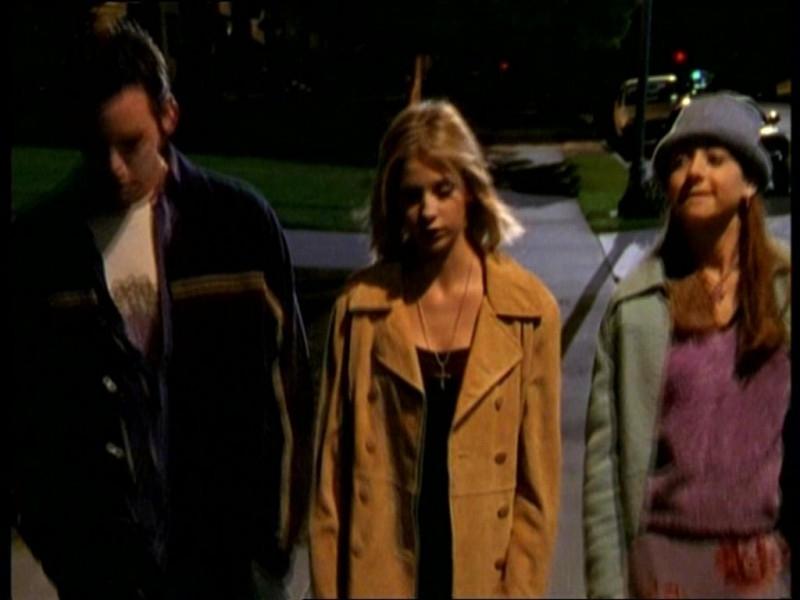 Sarah Michelle Gellar, Alyson Hannigan e Nicholas Brendon in una scena dell'episodio 'Il fidanzato di mamma' di Buffy - L'ammazzavampiri