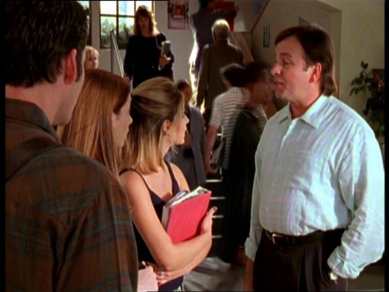 Sarah Michelle Gellar, Alyson Hannigan, Nicholas Brendon e John Ritter in una scena dell'episodio 'Il fidanzato di mamma' di Buffy - L'ammazzavampiri