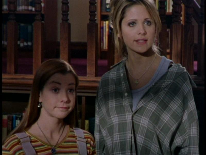 Sarah Michelle Gellar e Alyson Hannigan in una sequenza dell'episodio 'L'unione fa la forza (2° parte)' di Buffy - L'ammazzavampiri