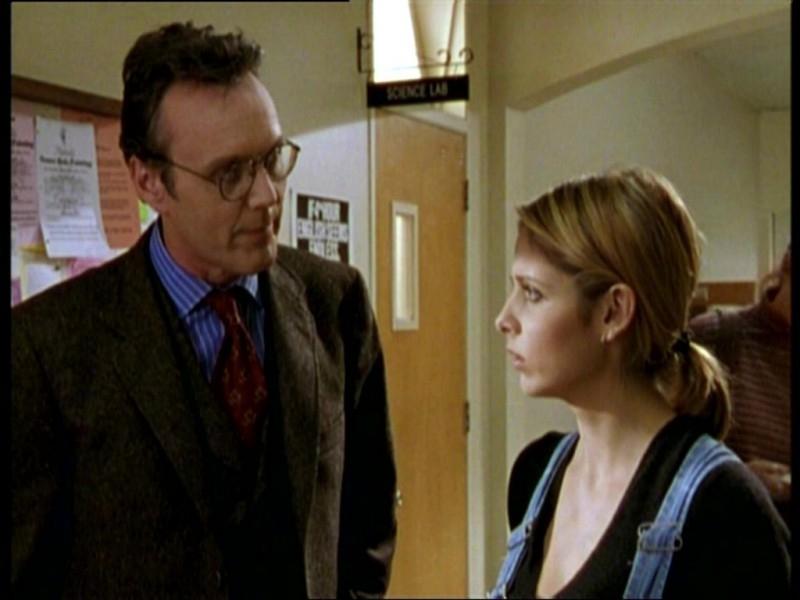 Sarah Michelle Gellar e Anthony Head in una scena dell'episodio 'Il fidanzato di mamma' di Buffy - L'ammazzavampiri