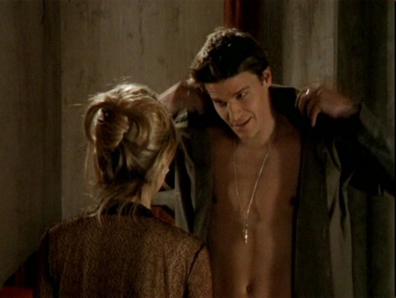 Sarah Michelle Gellar e David Boreanaz in una scena dell'episodio 'Un attimo di felicità' di Buffy - L'ammazzavampiri