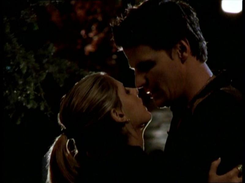 Sarah Michelle Gellar e David Boreanaz in una scena dell'episodio 'Uova cattive' di Buffy - L'ammazzavampiri