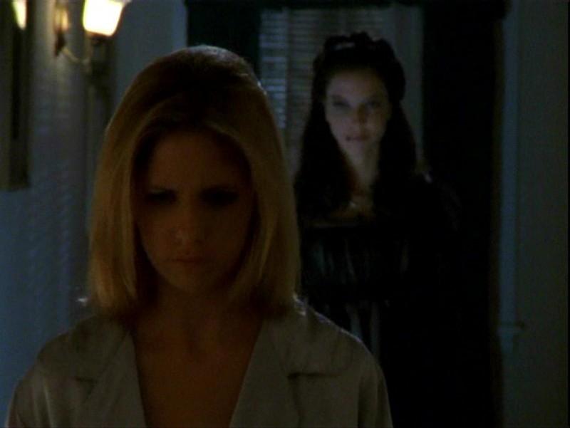 Sarah Michelle Gellar e Juliet Landau in una sequenza dell'episodio 'Sorpresa' di Buffy - L'ammazzavampiri