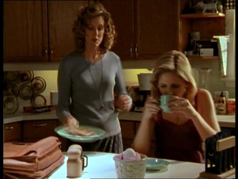Sarah Michelle Gellar e Kristine Sutherland in una scena dell'episodio 'Uova cattive' di Buffy - L'ammazzavampiri