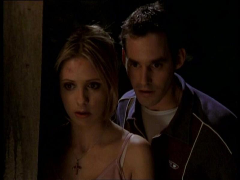 Sarah Michelle Gellar e Nicholas Brendon in una scena dell'episodio 'Uova cattive' di Buffy - L'ammazzavampiri