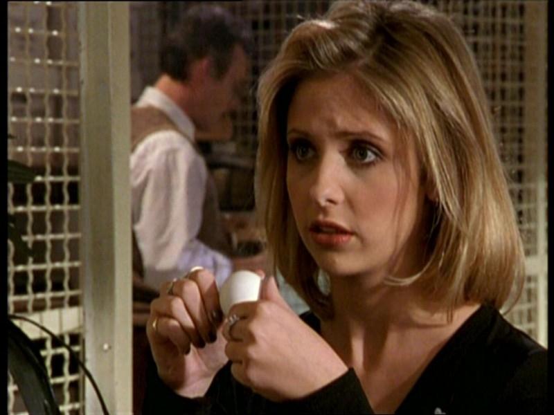 Sarah Michelle Gellar in una scena dell'episodio 'Uova cattive' di Buffy - L'ammazzavampiri
