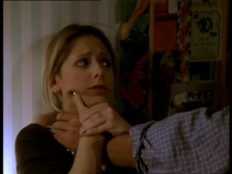 Sarah Michelle Gellar in una sequenza dell'episodio 'Il fidanzato di mamma' di Buffy - L'ammazzavampiri