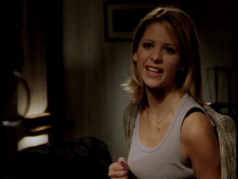 Sarah Michelle Gellar in una sequenza dell'episodio 'L'unione fa la forza (1° parte)' di Buffy - L'ammazzavampiri