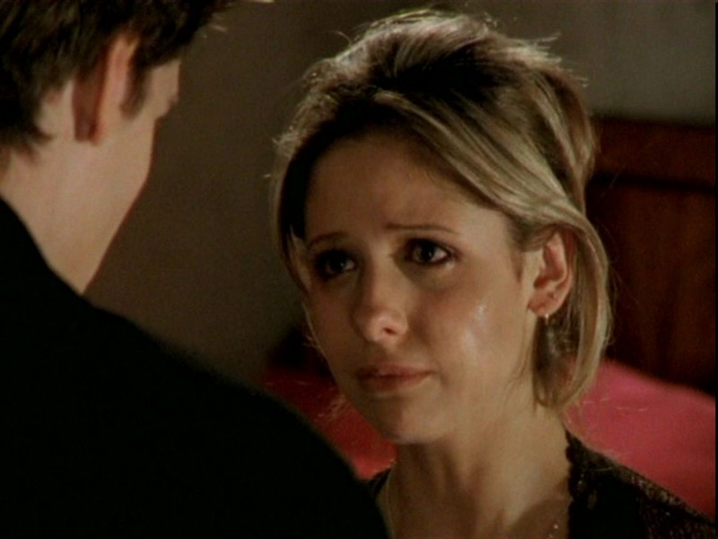 Sarah Michelle Gellar in una sequenza dell'episodio 'Un attimo di felicità' di Buffy - L'ammazzavampiri