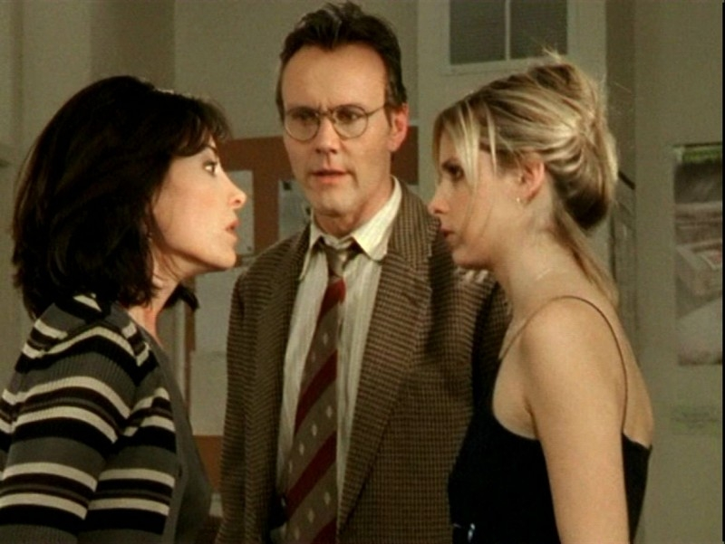 Sarah Michelle Gellar, Robia LaMorte e Anthony Head in una scena dell'episodio 'Un attimo di felicità' di Buffy - L'ammazzavampiri